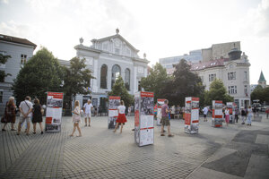 Výstava Trh-Piac-Markt (Multikultúrny priestor v Prešporku) pred Starou tržnicou