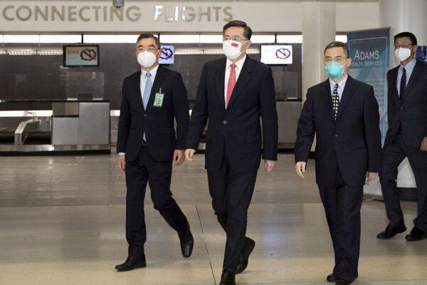 Čínsky diplomat Čchin Kang (v strede) po prílete na americkú pôdu.