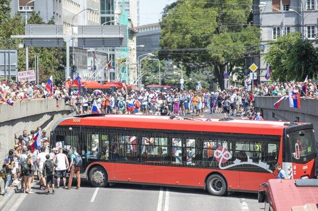 Zablokovaný autobus počas protestu.