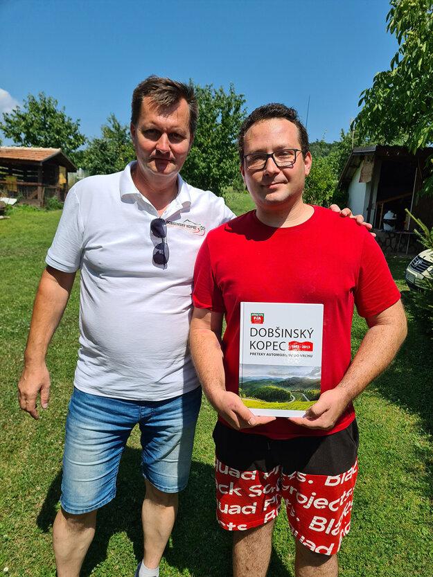 Riaditeľ pretekov M. Kollárik (vľavo) navštívil zotavujúceho sa traťového komisára priamo doma