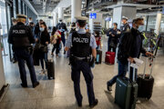 Nemecká polícia kontroluje na letisku vo Frankfurte prichádzajúcich zo španielskej Mallorcy.