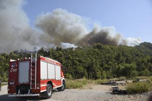 Hasiči mieria hasiť požiar v blízkosti dediny Ziria.