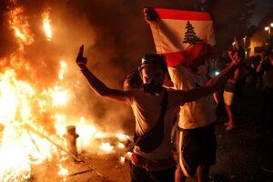 Demonštrácia ľudí krátko po výbuchu.