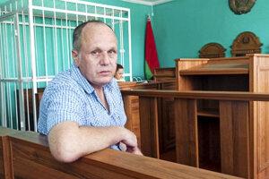 Bieloruský novinár Siarhej Hardzijevič sedí v súdnej sieni v Minsku.