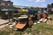 Pri stojiská na Partizánskej ulici niekto vyhodil kopu nábytku.