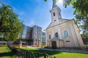 Kaplnka stojí uprostred rovnomenného Námestia svätej Anny.
