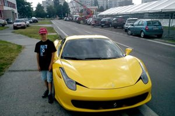 Na tomto Ferrari chytili policajti opitého Stocha.