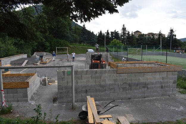 Stavba nového športoviska pod hradom Šariš.
