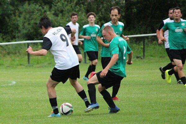 Zo súboja nováčikov vzišiel ako víťaz Sihelné (v zelených dresoch).