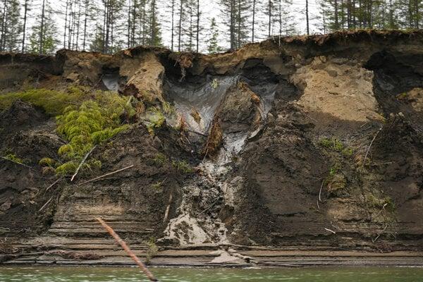 Rozmrazený permafrost sa prepadá do ruskej rieky Kolyma v roku 2019. Nová štúdia ukazuje, že metán sa neuvoľňuje iba z mokradí.