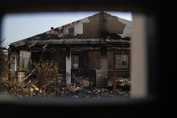 Požiar sa šíri na aténskych predmestiach Varympompi a Tatoi.