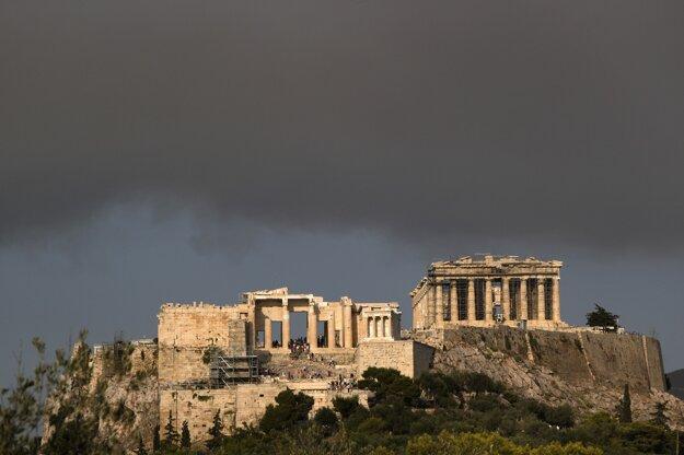 Aténska Akropola pod dymovým mrakom.