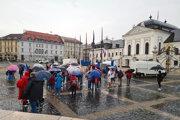 Účastníci počas protestu pred Prezidentským palácom.