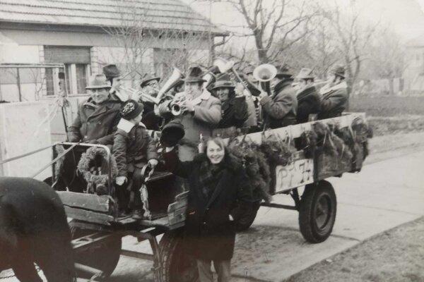 Obecná dychovka v sprievode obcou pri príležitosti oslavy Silvestra. Rok 1975.