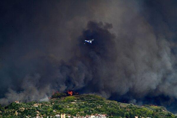 Lesné požiare naďalej spaľujú Grécko.