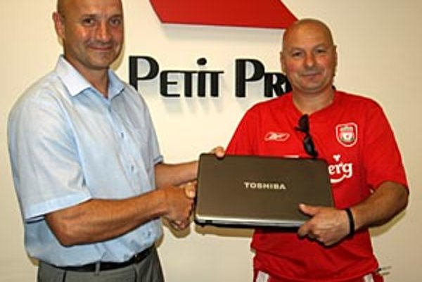 Garant prvej ceny Jozef Csanda (vľavo) blahoželá najlepšiemu tipujúcemu Ivanovi Marečkovi.