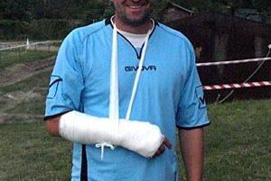 Juraj Kanás si v semifinále nešťastne zlomil ruku v zápästí, ale nakoniec sa so spoluhráčmi tešil z jasného triumfu.
