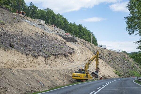 Na snímke výstavba úseku rýchlostnej cesty R2 -  Kriváň - Mýtna v okrese Lučenec.