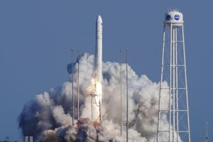 Štart nosnej rakety Antares s nákladnou loďou Cygnus z amerického kozmodrómu Wallops v štáte Virgínia.