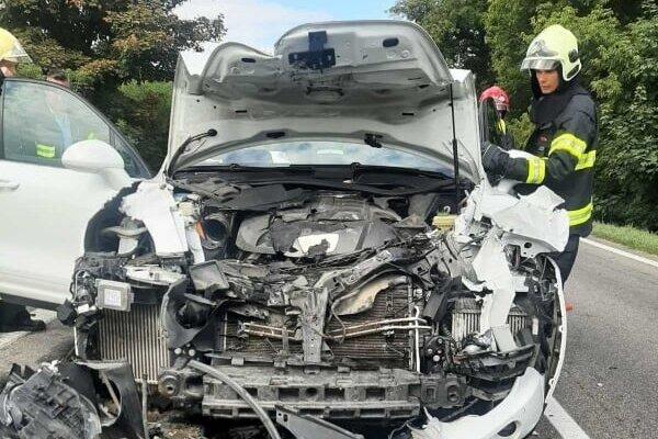 Medzi obcami Horovce a Trhovište došlo k vážnej dopravnej nehode.