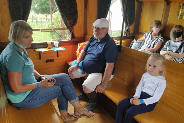 Turisti si užívajú cestu historickým vlakom na Bradlo.