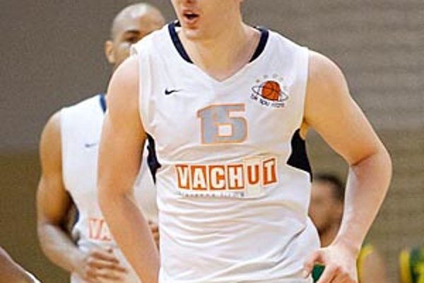 Nitrianski basketbalisti (na snímke Roman Vido) sa môžu tešiť na zápasy s kvalitnými zahraničnými súpermi.