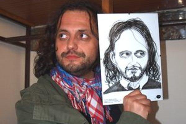 Marián Čekovský s vlastnou karikatúrou, ktorú dostal ako darček.