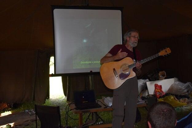 Bohuslav Kortman k prednáške pridal aj piesne o jaskyniaroch.