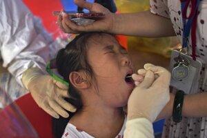 Dieťa podstupuje testovanie na koronavírus v meste Wuhan v centrálnej čínskej provincii Hubei.