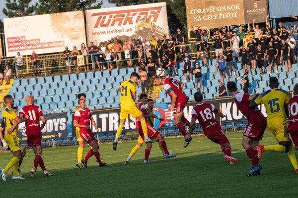 Futbalisti FC Košice na domácom štadióne neustáli zápas s Banskou Bystricou.
