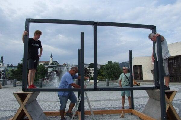 Dnes začali s montážou prvých modulov na námestí.