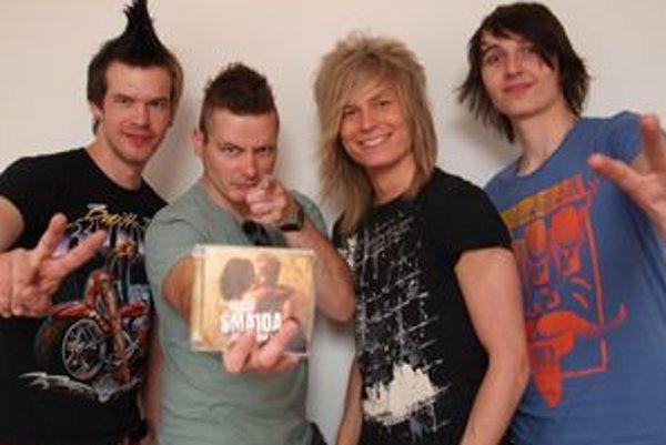 Rosemaid so svojím CD - zľava bubeník Jaro Žigo, basgitarista Tamás Belicza, Miro Šmajda a Adam Noška.