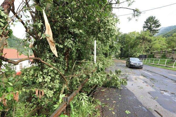 V Hronskej Dúbrave v okrese Žiar nad Hronom búrka a silný vietor polámali stromy popri ceste.