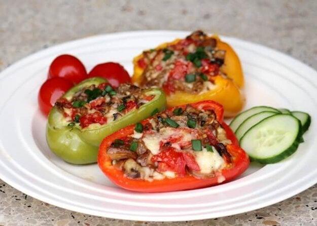 Plnená paprika so zeleninou a syrom halloumi zapečená v rúre