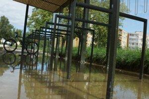 V priestore na odkladanie bicyklov sa po daždi drží voda.