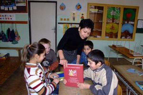 V triedach s rómskymi deťmi pomáha učiteľom asistentka.