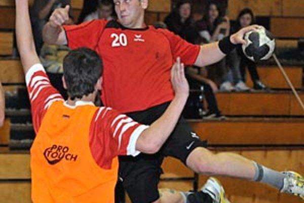 Šaľan Kovačech strieľa jeden z gólov do levočskej brány.