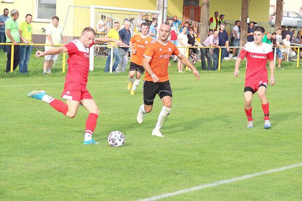 Liesek (v červenom) doma dvakrát viedol proti Chlebniciam.