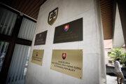 Tabule na budove, kde sídli Najvyšší súd SR v Bratislave.