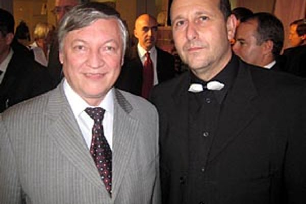 Akciu organizuje Roman Cerulík. Šachový nadšenec na snímke vpravo s majstrom sveta, veľmajstrom Anatolijom Karpovom.