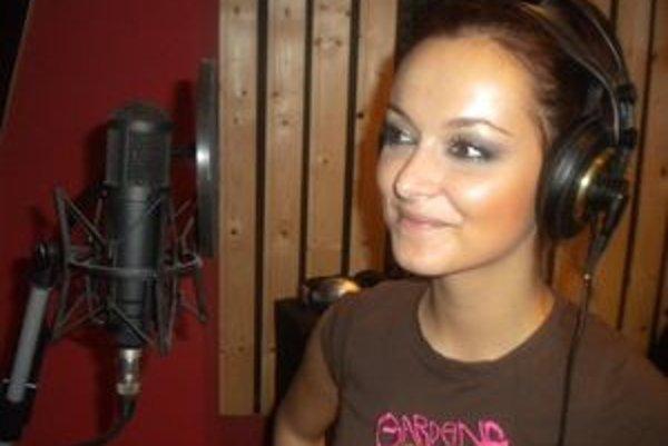 Nika Karch spieva túto stredu v Žalár pube.