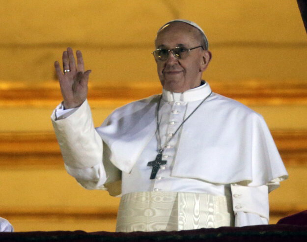 Nový pápež Argentínčan Jorge Mario Bergoglio  máva z balkóna Baziliky sv. Petra vo Vatikáne 13. marca 2013.