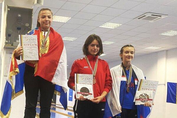 Celkom vpravo stojí bronzová Katarína Beskidová z Galanty.