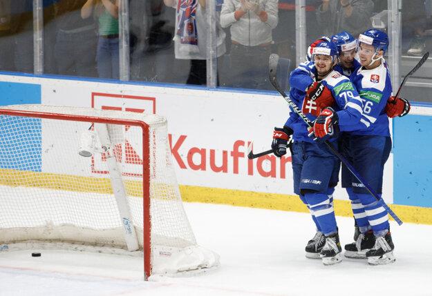 Radosť hokejistov Slovenska po strelenom góle v bránke Bieloruska.