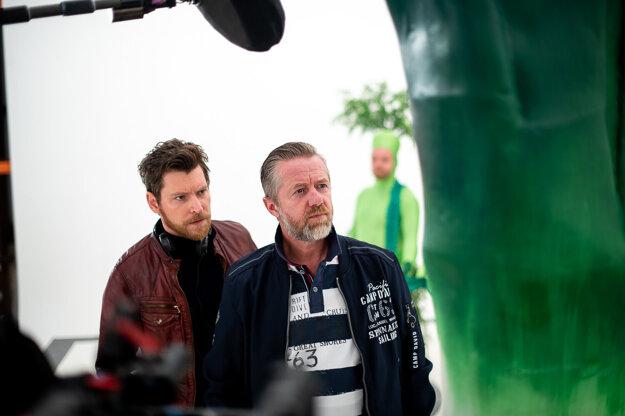 Prvok, šampón, Tečka a Karel: David Švehlík (vľavo) v úlohe režiséra, ktorý síce zarába veľa, ale točí hlúpe reklamy.