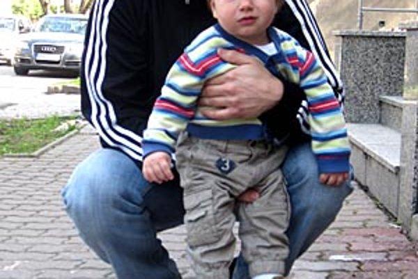 Pre kartón piva Corgoň od spoločnosti Heineken si prišiel víťaz 3. kola Gabriel Lencsés. Na snímke je s krstným synom Viktorkom Újom.