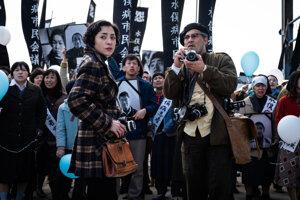 Johnny Depp ako americký fotograf Eugen Smith vo filme Minamata.