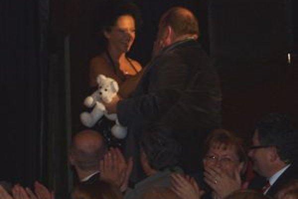 Lucie Bílá darovala Bednárikovi vlastnoručne ušitého bieleho medvedíka.
