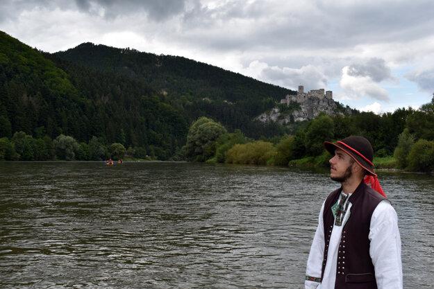 Pltník Ivan zo Strečna. V pozadí sa týči hrad Strečno.