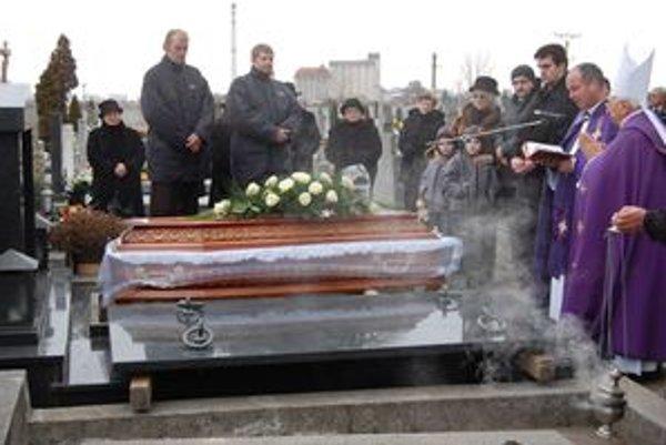 Spisovateľa Laca Zrubca pochovali do rodinnej hrobky v Šuranoch.